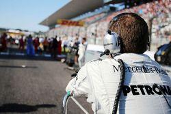Un mécanicien Mercedes AMG F1