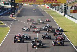 Start: Romain Grosjean, Lotus F1 E21 leads