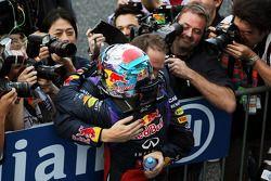 Yarış galibi Sebastian Vettel, Red Bull Racing kutlama yapıyor kapalı park