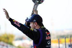 Yarış galibi Sebastian Vettel, Red Bull Racing kutlama yapıyor, Podyum