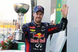 Racewinnaar Sebastian Vettel, Red Bull Racing viert het resultaat op het podium