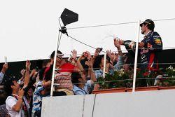 Mark Webber, Red Bull Racing 2.liğini kutluyor ve champagne ve fans, Podyum