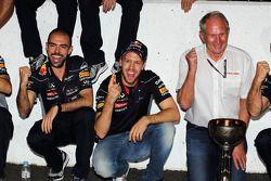 Yarış galibi Sebastian Vettel, Red Bull Racing kutlama yapıyor ve Dr Helmut Marko, Red Bull Motorspo