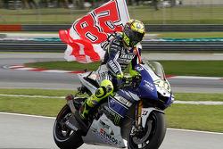 Valentino Rossi, Yamaha Factory Racing con una bandera recordando a Marco Simoncelli