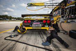 Os membros da equipe Corvette Racing no trabalho