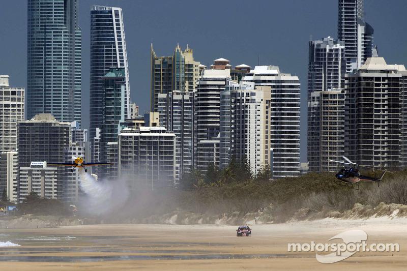 V8 Supercar versus stuntvliegtuig