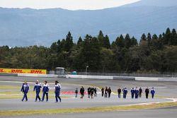 Pilotos caminan por el circuito