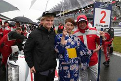 Tom Kristensen e his son Oliver com a grid girl