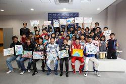Japanse schoolkinderen ontmoeten de coureurs