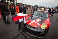 membros da equipe mostram o #30 NGT Motorsport Porsche 911 GT3 Cup com a pintura do Sean Edwards mem