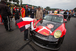 membros da equipe mostram o #30 NGT Motorsport Porsche 911 GT3 Cup com a pintura do Sean Edwards memorial