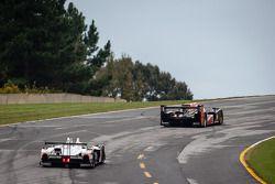 #12 Rebellion Racing Lola B12/60 Toyota: Ник Хайдфельд, Нил Джани, Николя Прост едет впереди #6 Musc