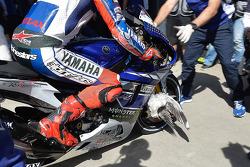 Un oiseau coincé dans la roue de Jorge Lorenzo, Yamaha Factory Racing