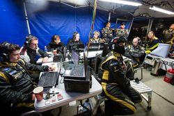 Rebellion Racing membros da equipe perto do fim da corrida
