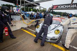 Pit stop #10 Dempsey Racing Porsche 911 GT3 Cup: Charlie Putman, Charles Espenlaub, Darren Law
