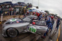 Pit stop #91 SRT Motorsports SRT Viper GTS-R: Dominik Farnbacher, Marc Goossens, Ryan Dalziel