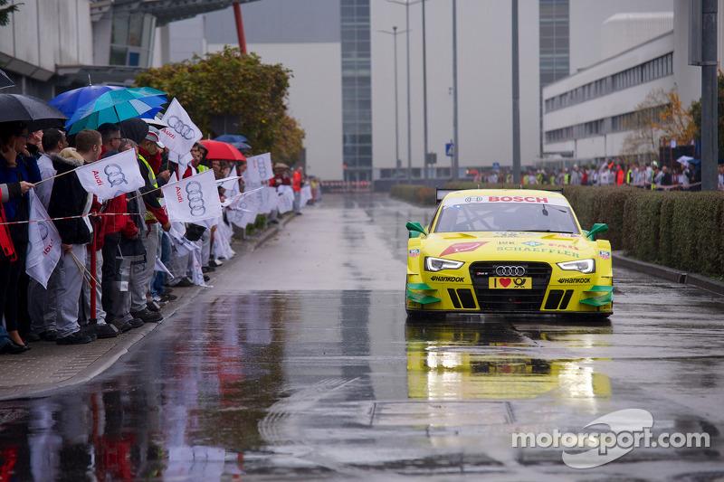 El campeón de 2013, Mike Rockenfeller, visita la fábrica de Audi