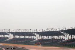Sergio Perez, McLaren Mercedes en Sebastian Vettel, Red Bull Racing