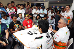 Dr. Vijay Mallya, teameigenaar Sahara Force India F1 en Jehan Daruvala, Sahara Force India Academy-coureur, winnaar van het British KF3 Karting Championship, spreken met de media