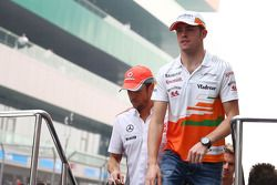 Paul di Resta, Sahara Force India F1 en Jenson Button, McLaren bij de rijdersparade