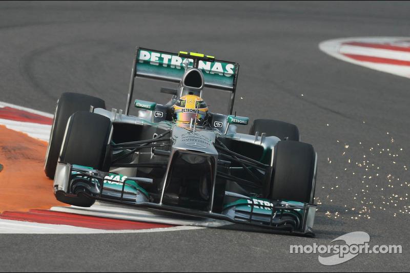Lewis Hamilton, Mercedes AMG F1 W04 scacando chispas