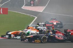Paul di Resta, Sahara Force India VJM06 and Daniel Ricciardo, Scuderia Toro Rosso STR8 at the start
