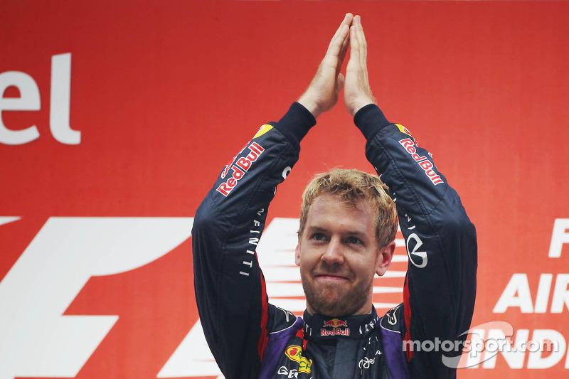 Sebastian Vettel recibe el aplauso del público del GP de India 2013 en el que se proclamó tetracampeón del mundo de Fórmula 1