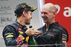 O vencedor e World Champion Sebastian Vettel, Red Bull Racing comemora no pódio com Adrian Newey, Red Bull Racing Chief Technical Officer