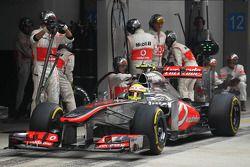 Sergio Perez, McLaren MP4-28 maakt een pitstop