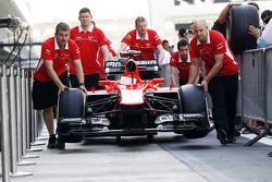 El Marussia F1 Team MR02 empujado por la recta de pits