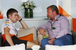 (Izq. A Der.): Paul di Resta, del equipo Sahara Force India F1 con Richard Goddard, entrenador de pi