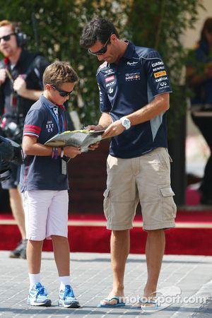 Mark Webber, Red Bull Racing imza dağıtıyor