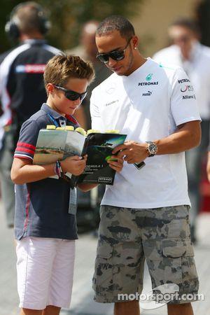 Lewis Hamilton, Mercedes AMG F1 imza dağıtıyor
