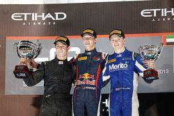 Racewinnaar en 2013 kampioen Daniil Kvyat, 2e plaats Alexander Sims, 3e plaats Nick Yelloly