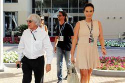 Bernie Ecclestone, CEO Formula One Group, con Jay Rutland, y su mujer Tamara Ecclestone