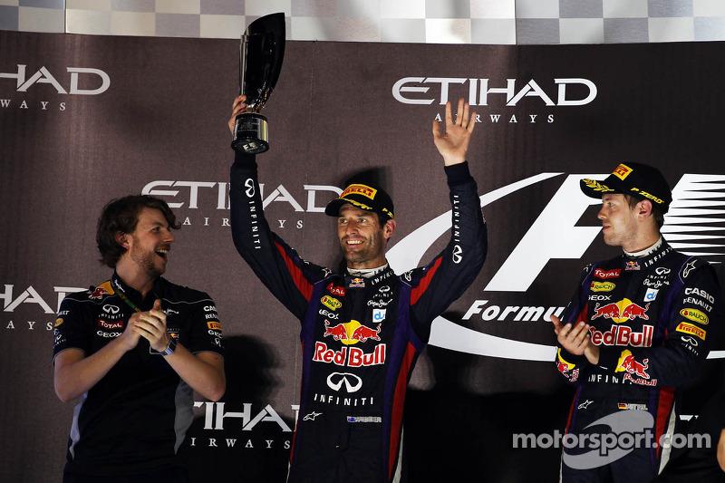Mark Webber, del Red Bull Racing festeja su segundo lugar en el podio junto al ganador Sebastian Vet