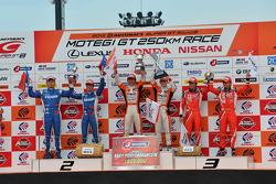 GT500 pódio: vencedores da corrida Kazuya Oshima, Yuji Kunimoto, segunda posição Koudai Tsukakoshi,