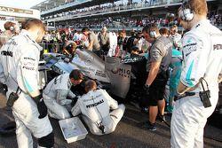 Mercedes AMG F1 W04, Lewis Hamilton, Mercedes AMG F1 receives attention gridde