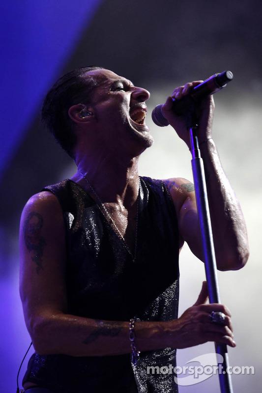 Depeche Mode faz show durante pós-corrida