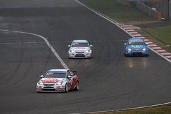 Yvan Muller, Chevrolet Cruze 1.6T, RML à frente de Tom Chilton, Chevrolet Cruze 1.6 T, RML e Pepe Or