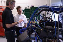 Scott Pruett et des ingénieurs Ford