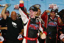 Racewinnaar Erik Jones viert het resultaat