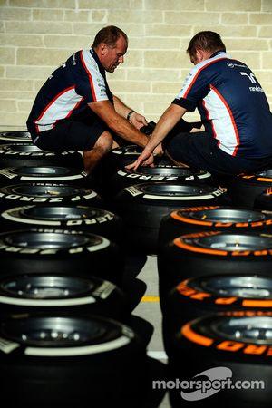 Williams crew members work, Pirelli lastikleri