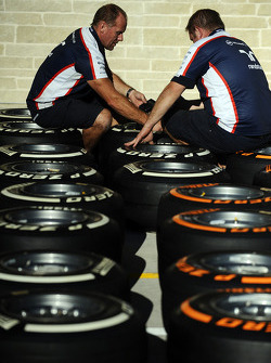 Miembros del equipo Williams trabajan en Pirelli neumáticos