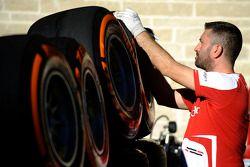 Un trabajador de Ferrari con los neumáticos Pirelli