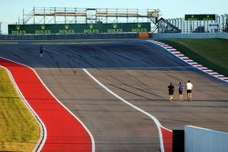 Runners, track