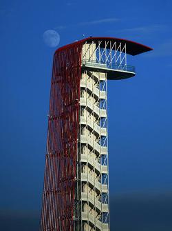La torre COTA con la luna