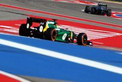 Lewis Hamilton, Mercedes AMG F1 W04 y Charles Pic, Caterham CT03