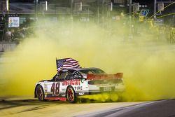 Racewinnaar Brad Keselowski viert het resultaat