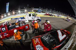 Marshalls aan het werk na de crash van Jeremy Clements en Regan Smith